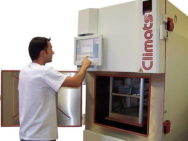 Teplotní šoková komora Climats SCAL při testování